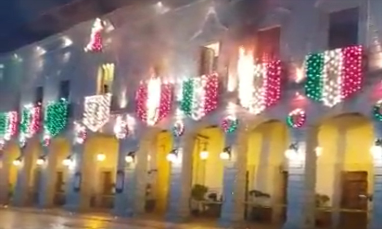 Puebla: Se incendian adornos en pleno grito en Zacapoaxtla