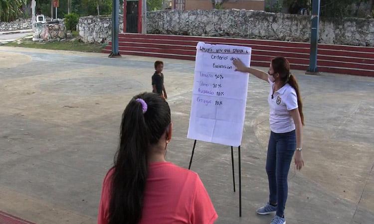 En Yucatán, maestra da clases a sus alumnos en parque público