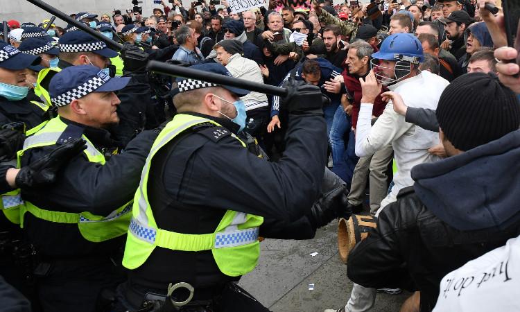 Enfrentamientos entre manifestantes anticonfinamiento y policía en Londres