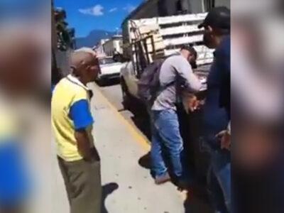 Oaxaca: agentes municipales le quitan mercancía a abuelito y se viraliza momento