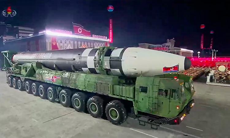 Corea del Norte presume gigantesco misil en desfile militar