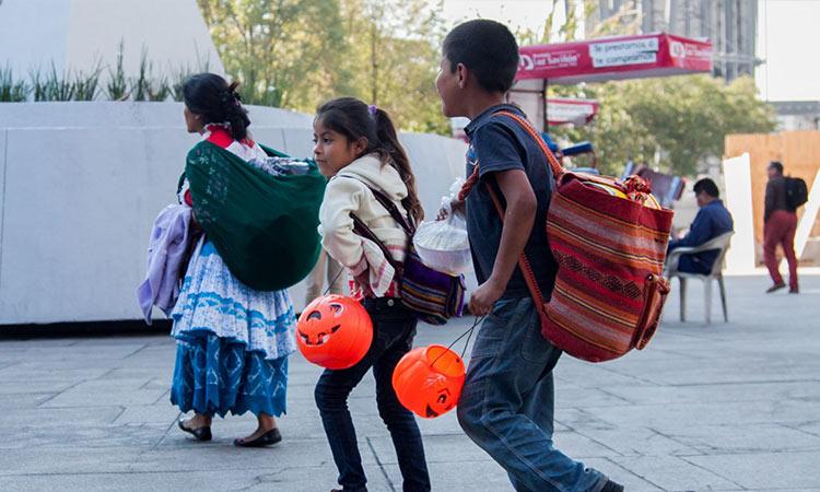 """En Iztapalapa piden a niños no salir a pedir """"calaverita"""" por COVID-19"""