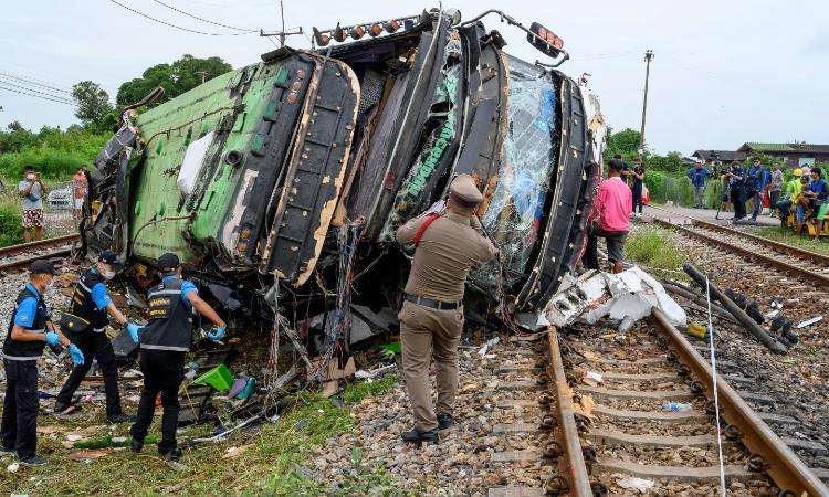 Choque entre autobús y tren cuesta la vida a 20 personas en Tailandia