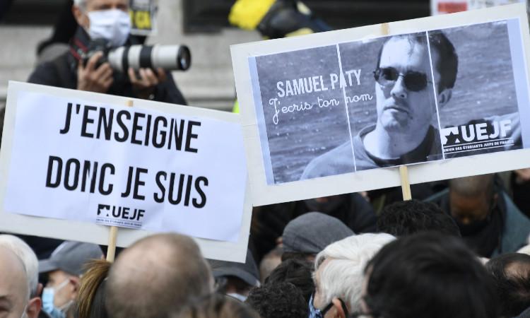 Miles rinden homenaje a maestro decapitado en Francia