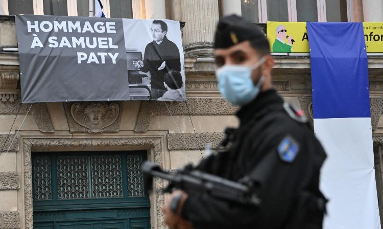 Hombre que decapitó a profesor en Francia tuvo contacto con yihadista en Siria