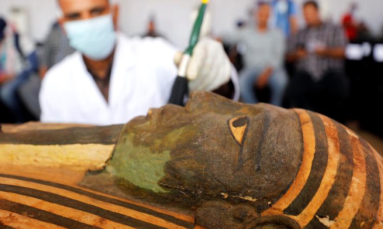 así lucen 59 sarcófagos de 2 mil 500 años descubiertos en Egipto