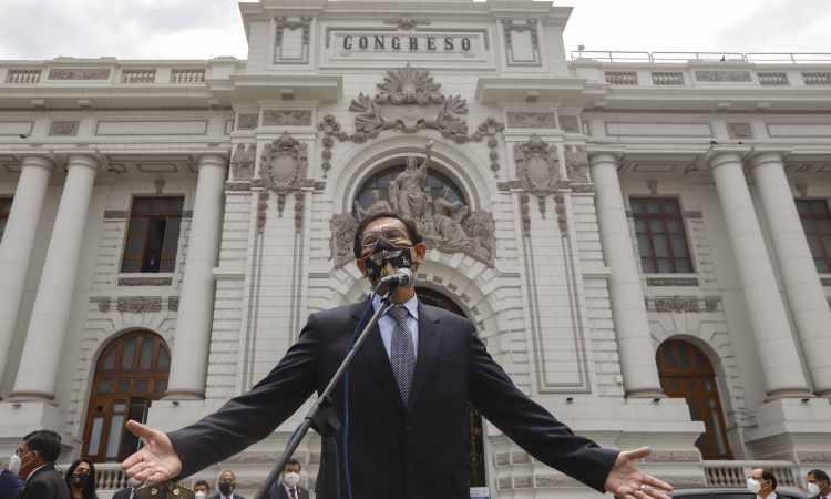Destituyen a presidente de Perú, Martín Vizcarra