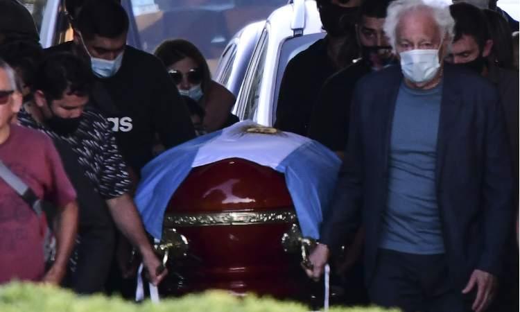 Restos de Maradona llegan al cementerio Bella Vista.