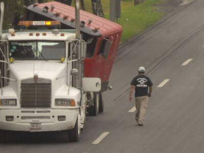 captan fuerte choque entre traileres en Toluca
