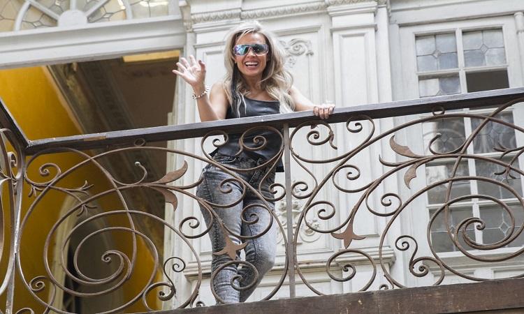 Fey impacta con bikinazo, a pesar del frío en México