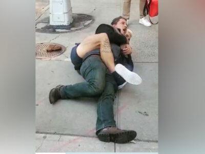 Hombre le aplica una llave a un sujeto que intentó secuestrar a un bebé en su carriola