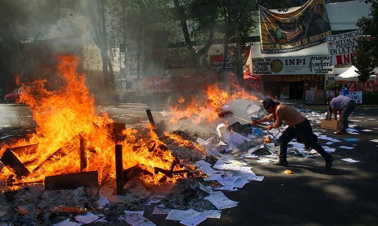 Comunidad otomí quema mobiliario del INPI