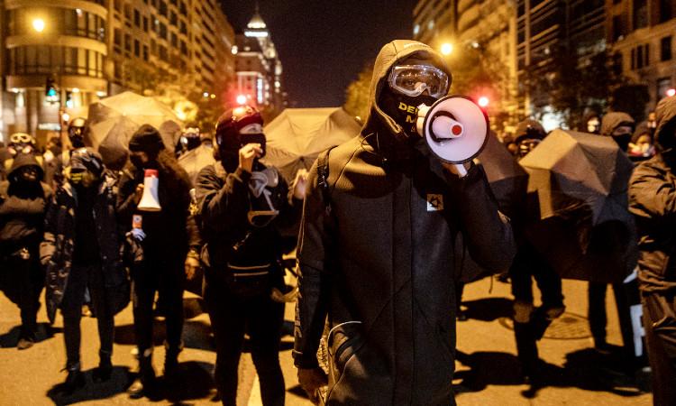 """Manifestantes protestan contra Trump en Washington; utilizan máscaras de """"La Purga"""""""