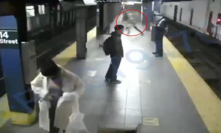 Nueva York: hombre arroja a mujer a vías del metro