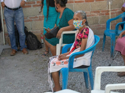 En Morelos reconocen a abuelita partera que alfabetizó mujeres