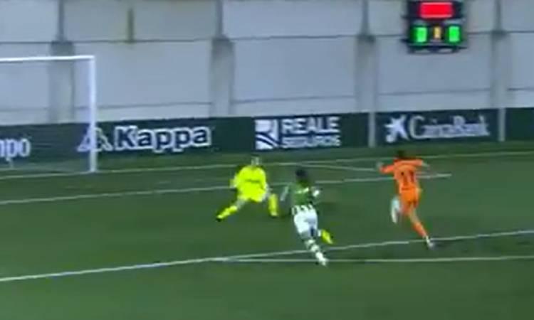 Flor Bonsegundo anotó un golazo ante el Betis
