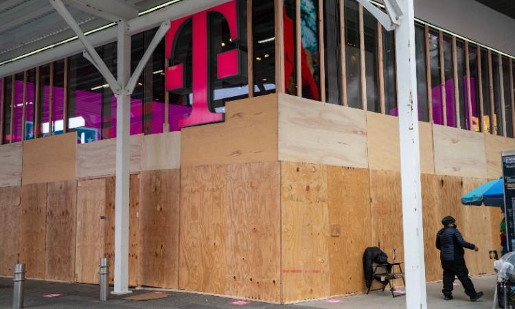 Nueva York se blinda por las elecciones en Estados Unidos, dueños de negocios han comenzado a proteger sus fachadas ante posibles disturbios.