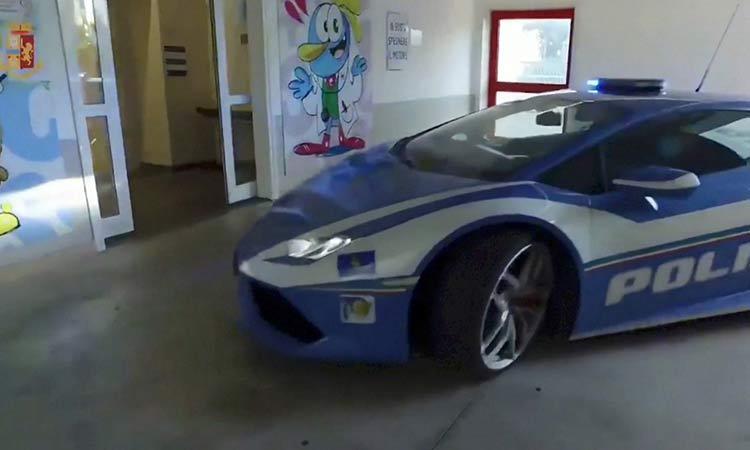 ¡Veloz! policía italiana transporta riñón para trasplante en Lamborghini