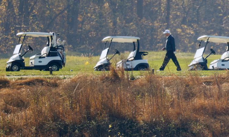 Donald Trump vuelve al golf este domingo y sigue negado derrota