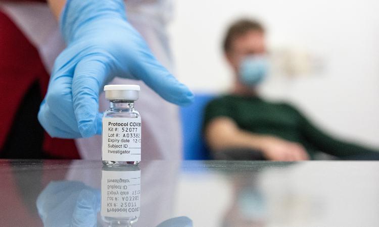 AstraZeneca analiza hacer otro ensayo global de su vacuna contra COVID-19