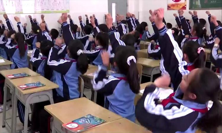 """China: Niños en Mongolia realizan el """"Baile del caballito"""""""