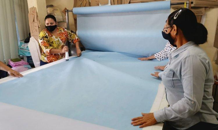 Textileros de Sinaloa realizan el cubrebocas más grande del mundo - Uno TV