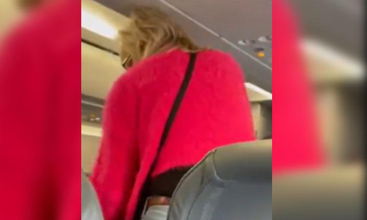 Se niega a usar cubrebocas en vuelo, la sacan y pasajeros aplauden