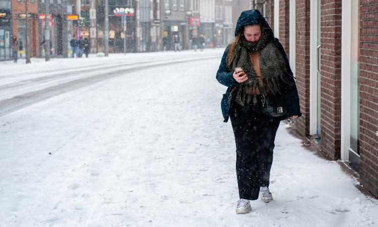 Mujer intenta caminar por una calle helada en Ucrania; cae más de 20 ocasiones
