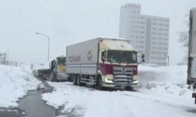 Fuerte nevada en japón deja varados a mil vehículos en autopista