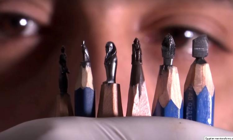 Egipcio crea pequeñas esculturas faraónicas sobre puntas de lápices