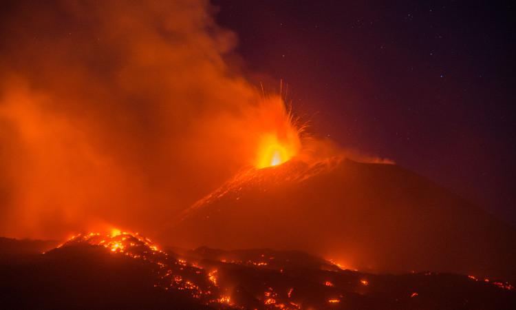Monte Etna entra en erupción en Sicilia; mira las imágenes