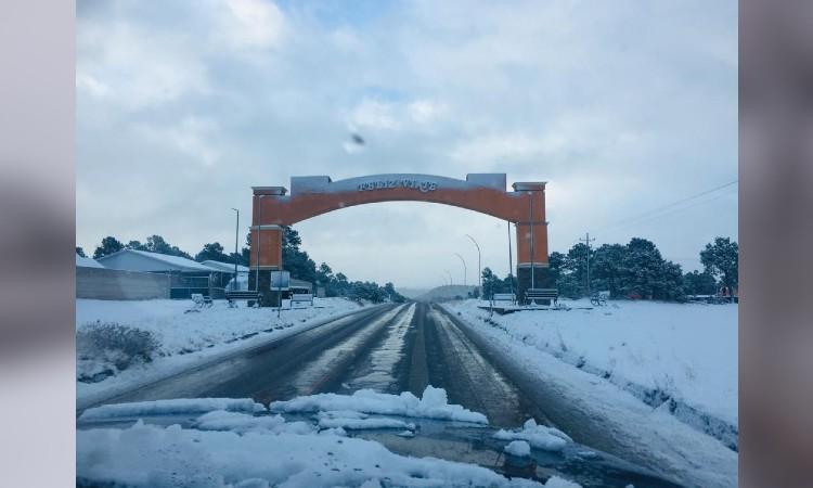 En Chihuahua, frente frío deja nevadas y cierres carreteros; ve fotos