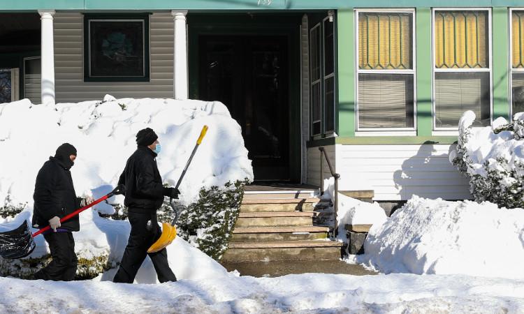 Hombre utiliza lanzallamas para retirar la nieve en Kentucky
