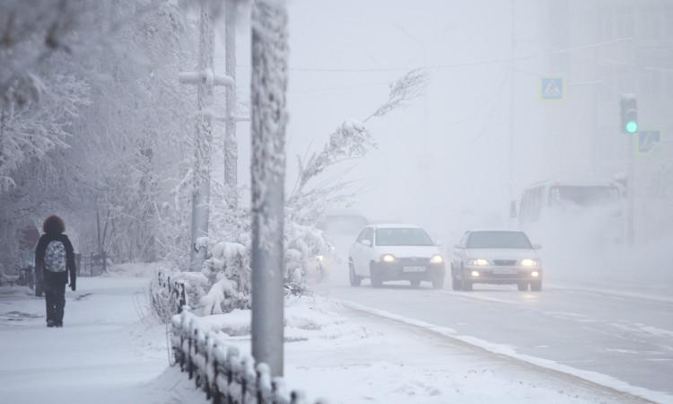 Niños juegan en la calle a una temperatura de -48° C en Rusia