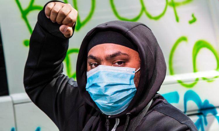 Hombre recibe paliza tras insultos racistas en Elyria, Ohio