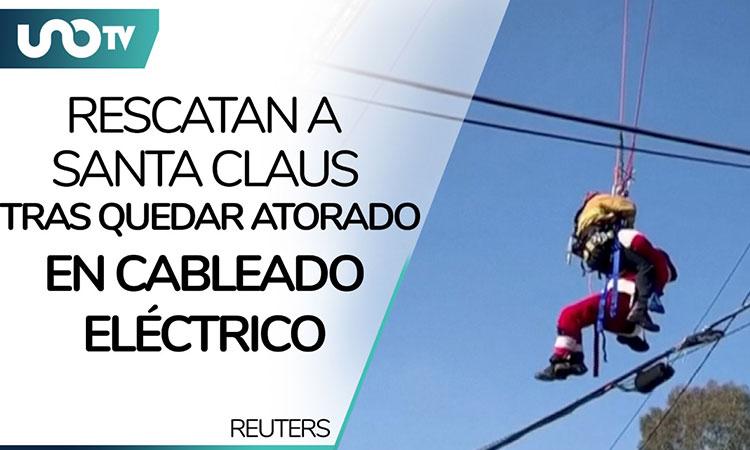 Rescatan a Santa Claus tras atorarse en cableado eléctrico