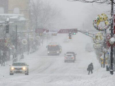 Estados Unidos: cae tormenta de nieve durante vacunación contra COVID