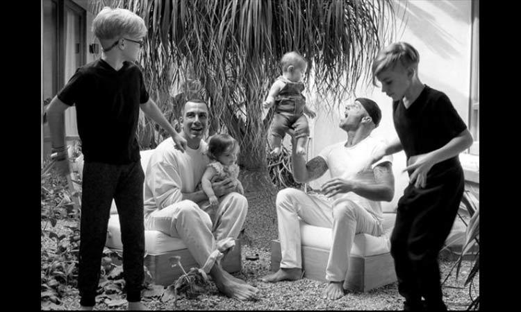 Ricky Martin disfruta su faceta como papá al lado de su esposo