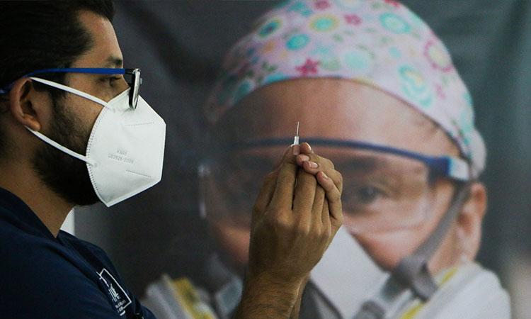 """Vacuna COVID-19: IMSS pide a médicos dar """"último jalón"""""""