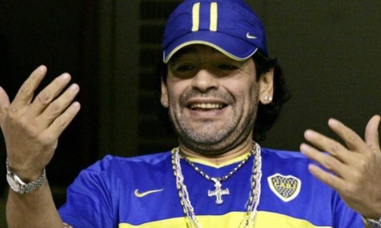 Diego Maradona y su habilidad arriba del ring con guantes de box.