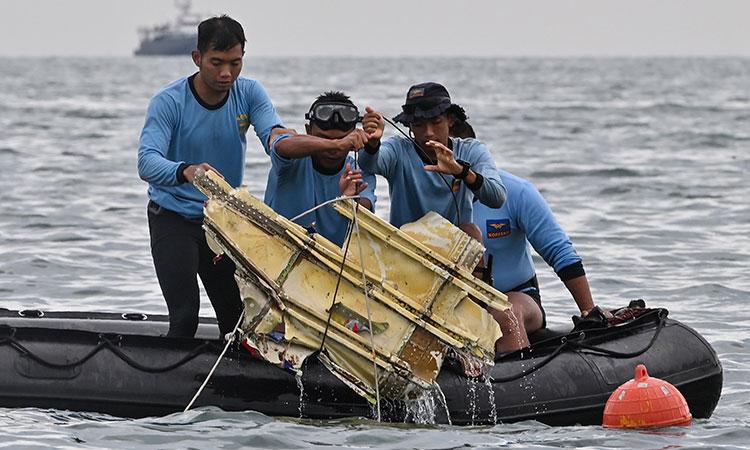 Indonesia: Recuperan restos humanos y fuselaje del Boeing estrellado