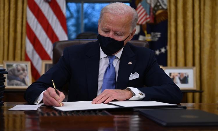 Joe Biden, presidente de Estados Unidos, firma 17 decretos