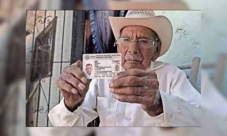 AMLO felicita a Don Manuel García Hernández, quien ha vivido en 3 siglos