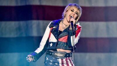 Miley Cyrus vuelve a posar desnuda en redes sociales