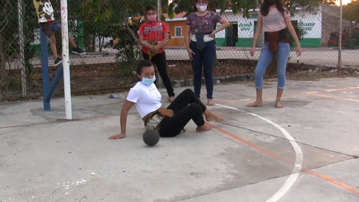 En Mérida, Yucatán, mujeres practican pok ta pok, antiguo juego maya