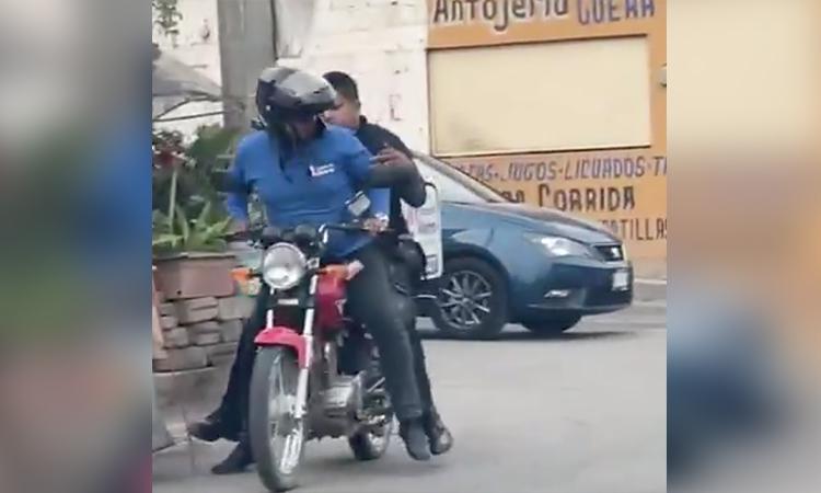 Repartidor y héroe: sube a su moto a poli para atrapar a delincuentes