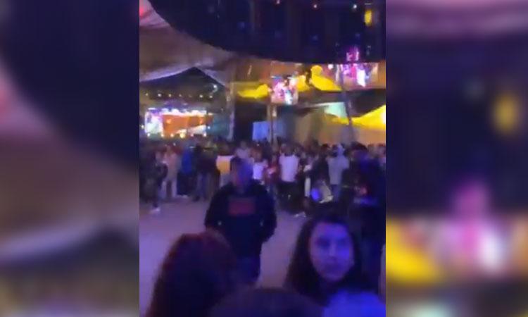 Sonidero regaña a jóvenes por no usar cubrebocas en baile masivo