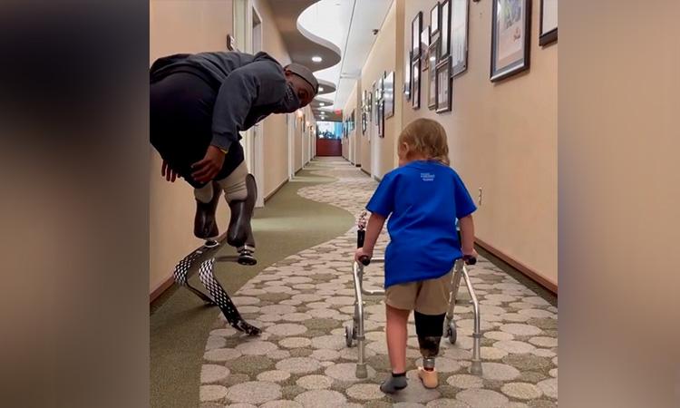 Depotista paralímpico enseña a caminar a niño de dos años con prótesis