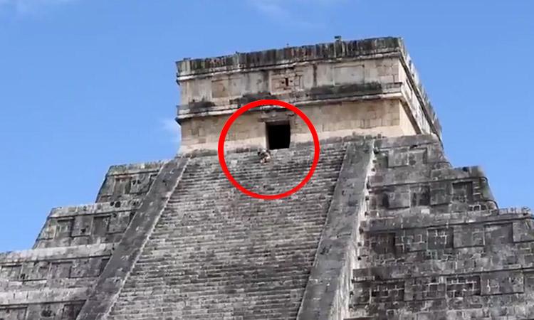 La apodan LadyKukulcán por subir pirámide sin permiso