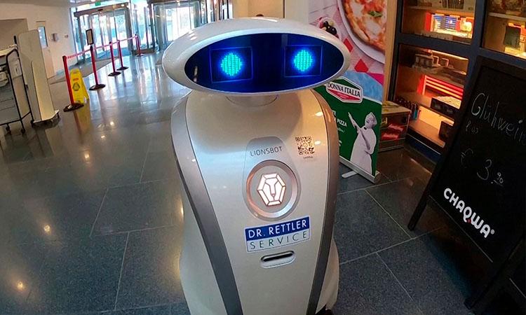 Robot Franziska limpia, canta y bromea en hospital alemán